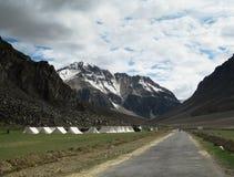 Camp de touristes désolé de tente, Ladakh Inde Photographie stock libre de droits