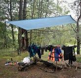 Camp de touristes dans les bois images stock
