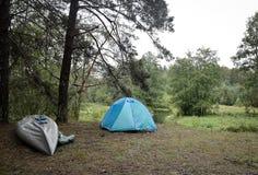 Camp de touristes dans les bois photo libre de droits