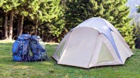 Camp de touristes sur le pré vert avec l'herbe fraîche dans le moun carpathien image libre de droits