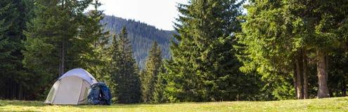 Camp de touristes sur le pré vert avec l'herbe fraîche dans le moun carpathien photographie stock libre de droits