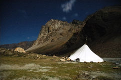 Camp de trekking de nuit Photos libres de droits