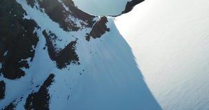 Camp des tentes sur le passage, taille 4050 m Aube dans les montagnes Longueur de bourdon clips vidéos