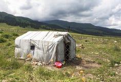 Camp kazakh de yurt dans le pré du Xinjiang, Chine images libres de droits
