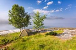 Camp sauvage dans le beau paysage brumeux Image stock