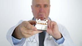 Campaña anti del tabaco con el doctor Showing Cigarettes Pack que no hace ninguna muestra del finger metrajes
