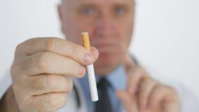 Campaña anti del tabaco con el doctor Showing un cigarrillo y fabricación de ninguna muestra del finger metrajes