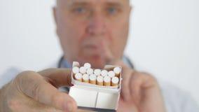 Campaña anti del tabaco con un doctor Showing Cigarettes y fabricación de ninguna muestra del finger almacen de video