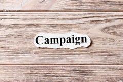 Campaña de la palabra en el papel Concepto Palabras de la campaña en un fondo de madera imágenes de archivo libres de regalías