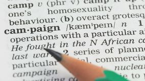 Campaña, lápiz que señala palabra en vocabulario en inglés, estrategia de marketing metrajes