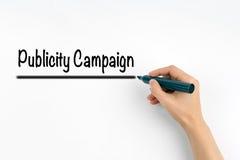 Campaña publicitaria Mano con la escritura del marcador en un fondo blanco imagen de archivo libre de regalías