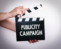 Campaña publicitaria Manos femeninas que sostienen la chapaleta de la película foto de archivo libre de regalías