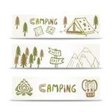 Campa banerhorisontaluppsättning med berget och tältet Hand drog beståndsdelar på designmall stock illustrationer