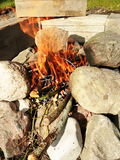 Campa BBQ som göras av stenen Royaltyfri Fotografi