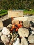 Campa BBQ som göras av stenen Royaltyfria Bilder