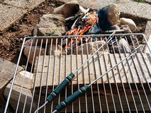 Campa BBQ som göras av stenen Arkivfoto