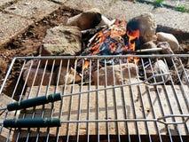 Campa BBQ som göras av stenen Arkivbild