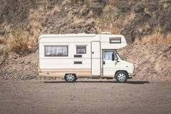 Campa buss för tappning, rv-campare i ökenlandskap, royaltyfri bild