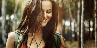 Campa för fritidferie för kvinna roligt begrepp royaltyfri fotografi