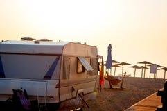 Campa för strand royaltyfria bilder