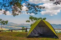 Campa för Tent Royaltyfria Bilder