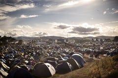 Campa fält på musikfestivalen Royaltyfri Bild