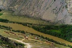 Campa i dalen av bergen teletskoe för republik för altailakeliggande pittoresk Arkivfoto