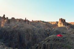 Campa i den Charyn kanjonen Arkivfoton