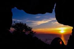 Campa i grottan på berget Arkivbild