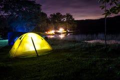 Campa i natten Royaltyfria Bilder