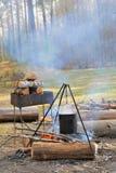 Kettle över campfire royaltyfria bilder
