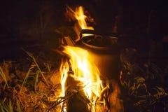 Campa kokkärl på branden på en utomhus- campingplatskokkärl för kaffe medan campin fotografering för bildbyråer