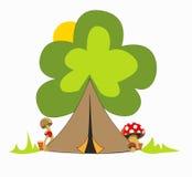 Campa plats i skogen för en trevlig ferie royaltyfri foto