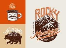 Campa logo och etiketter Berg och brunbjörn Tur i skogen, utomhus- och affärsföretag Kulöra emblem på stock illustrationer