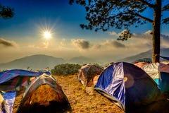 Campa med det sollöneförhöjningsignalljuset och berget Arkivbild