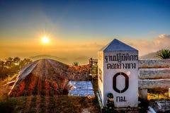 Campa med det sollöneförhöjningsignalljuset och berget Royaltyfri Fotografi