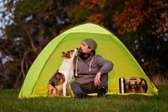 Campa med husdjuret, kamratskap mellan mannen och hans hund royaltyfri bild