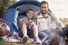 Campa med min son Royaltyfri Fotografi