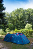 Campa med tältet i naturen Arkivfoto