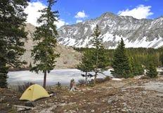 Campa med tältet på det lilla björnmaximumet, Sangre de Cristo Spänna, Colorado Royaltyfri Bild