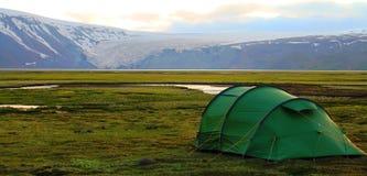 Campa n?ra den Hvitarnes kojan, Island arkivbilder