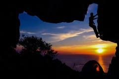 Campa och klättra på berget Arkivbilder