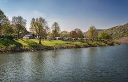 Campa på bankerna av floden Arkivfoto