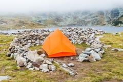 Campa på bergen Arkivbild