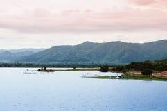 Campa på den blåa sjön av himmel för sommar för Yang Chum Water reserviorafton - Thailand arkivfoto