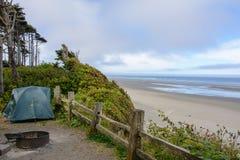 Campa på den Kalaloch tältplatsen, Stillahavskusten, Washington USA royaltyfria bilder