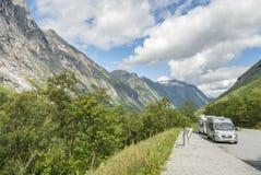 Campa på Trollstigen i Norge Arkivbilder