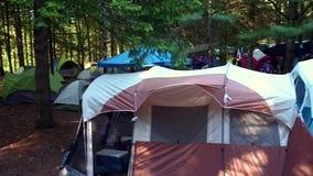 Campa plats med många tält arkivfilmer