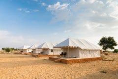 Campa platshotell för tält i en öken Royaltyfri Bild