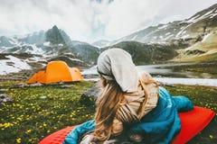 Campa resande koppla av för kvinna som är utomhus- i sovsäck på mattt royaltyfria bilder